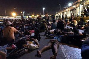 Acampan migrantes y bloquean Puente en Matamoros