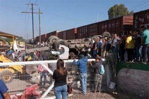 Embiste tren a camión en Querétaro; hay 9 muertos