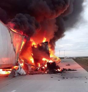 Arde tráiler en la Carretera Nacional; se registran kilómetros de fila