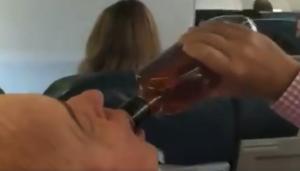 VIDEO: Avión falla y mientras todos rezan, hombre le da un trago a su botella