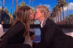 Ellen DeGeneres besa a Jennifer Aniston durante entrevista