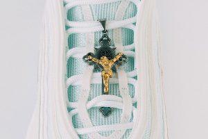 Nuevos tenis inspirados en Jesús contienen agua bendita