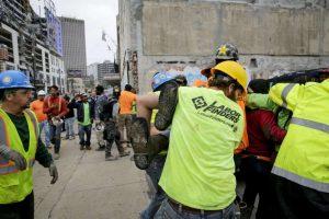 ¡Terrible! Hotel en construcción colapsa sobre varias personas: VIDEO