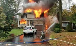 Avioneta se estrella contra casa en Nueva Jersey; provoca incendio