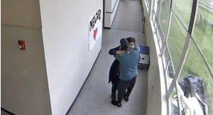 Maestro evita masacre; desarmó al estudiante con un abrazo (vídeo)