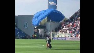 VIDEO: Paracaidista aterriza en el campo en pleno partido