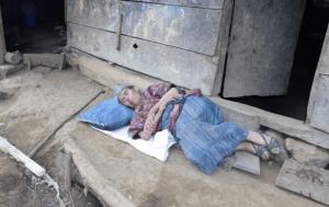 hombre apuñala a su madre tras vender su casa para ayudarlo