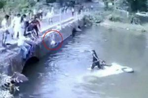 Padre lanza a su hijo para salvarlo tras caer con el auto a un arroyo