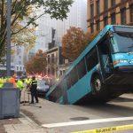 Autobús queda atrapado en socavón (VIDEO)