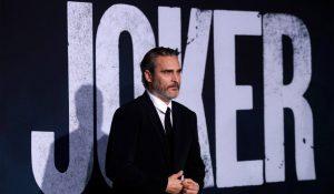 VIDEO: Joaquin Phoenix aparece durante función de 'The Joker'