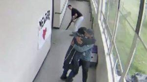VIDEO: Maestro heróico desarmó a estudiante y lo abrazó hasta calmarlo