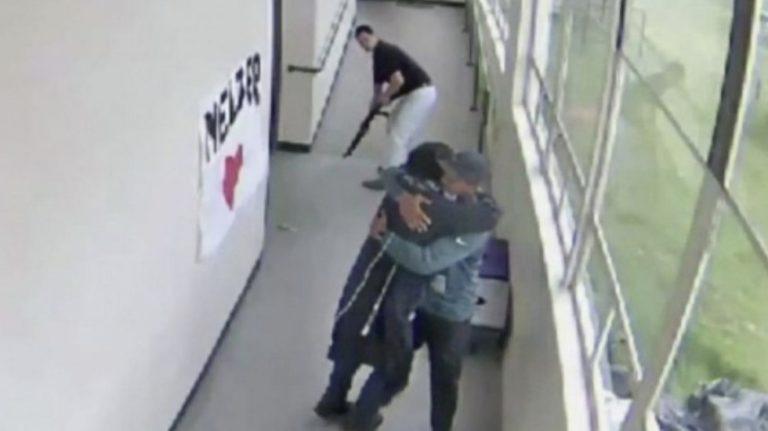 Entrenador desarma a un estudiante que quería suicidarse