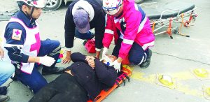 Resulta mujer lesionada tras ser chocado de rebote su vehículo