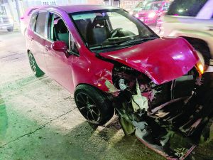 Jovencita se pasa en rojo y choca auto compacto