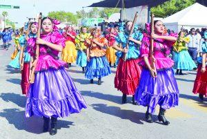Disfrutan ciudadanos de colorido desfile