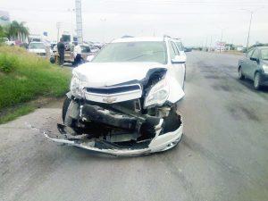 Pierde el control; lesiona a pasajero