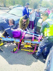 Lesiona joven a mujer en choque