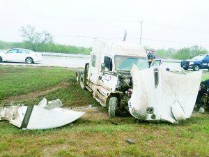 Derrapa tráiler y el conductor queda grave