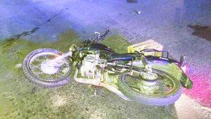 Grave, motociclista  embestido por auto