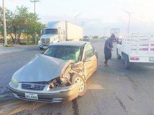 Tráiler impacta auto y lesiona a una mujer