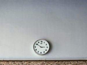 Escuelas remueven relojes analógicos porque alumnos no los entienden