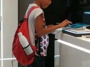 Para terminar su tarea, niño usa una tablet de exhibición