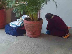Captan a abuelita artesana triste por no vender sus servilletas