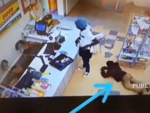 Cliente le roba a ladrón que asaltaba una tienda