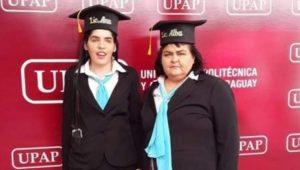 Madre entra a la Universidad para apoyar a su hija ciega