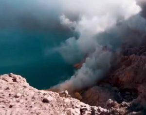 VIDEO: Dron se adentra y graba en el interior de un volcán
