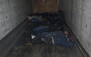 Rescatan en Laredo a 17 migrantes encerrados en caja tráiler