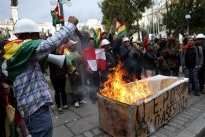Celebran renuncia de Morales en Bolivia
