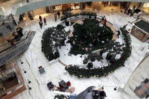 Cae árbol de Navidad en centro comercial