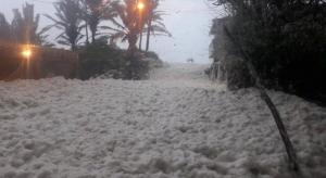 Extraña espuma invade calles y casas de Tabasco