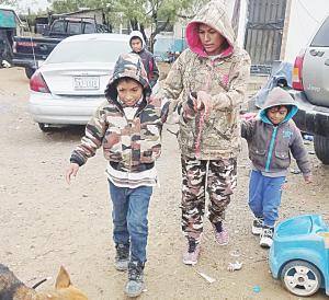 Frío y pobreza no lo dejan caminar