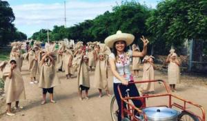 Maestra disfraza a sus alumnos de tamales para desfile revolucionario