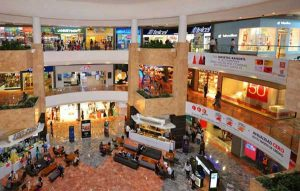 Bebé cae de seis metros en centro comercial; sus padres revisaban el celular