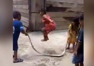 VIDEO: Niños juegan a saltar la 'cuerda'… ¡con una serpiente!