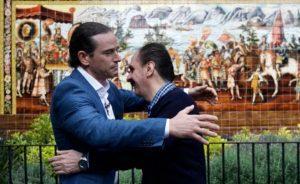 VIDEO: ¡Histórico! Descendientes de Moctezuma y Cortés se dan un abrazo