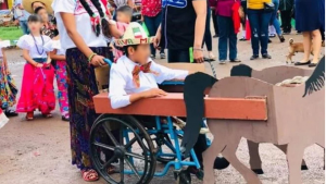 Transforman silla de ruedas de niño en carreta para desfile