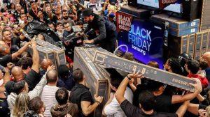 Compras de locura por Black Friday en EU (VIDEO)