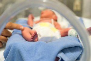 Hospital buscan voluntarios para abrazar bebés