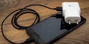 Joven muere electrocutada cuando el cable dañado de su cargador tocó la cama