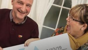 Mujer supera cáncer y 10 minutos después gana la lotería