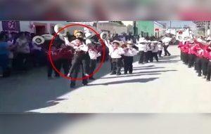 Maestra ayuda a bailar a niño con discapacidad en desfile realizado en Tamaulipas