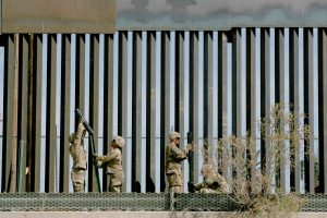 Abren brechas con sierra en el muro para cruzar drogas a EU
