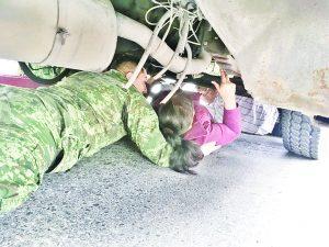 Queda atorada bajo el camión