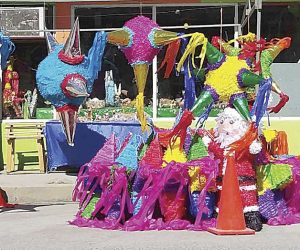 Rompen el mal al romper piñatas