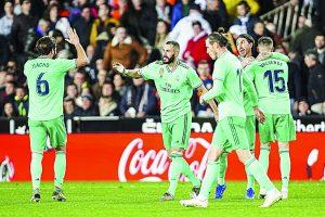 Karim Benzema anota el gol del empate para el Real Madrid; va a 'el clásico' igualado en la cima