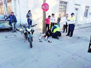 Motociclista herido por brincarse alto